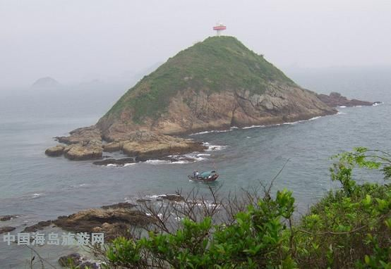 """东边高而宽,最高处矗立着灯塔,西边低而狭窄,俯瞰整个岛形似""""逗号""""."""