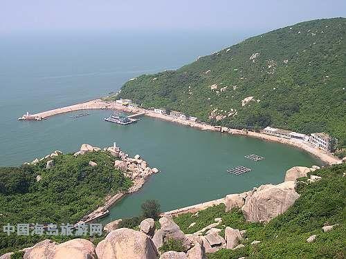 具有海洋和陆地风光双重特点,海岛常年绿色植被并伴有裸露性岩石分布